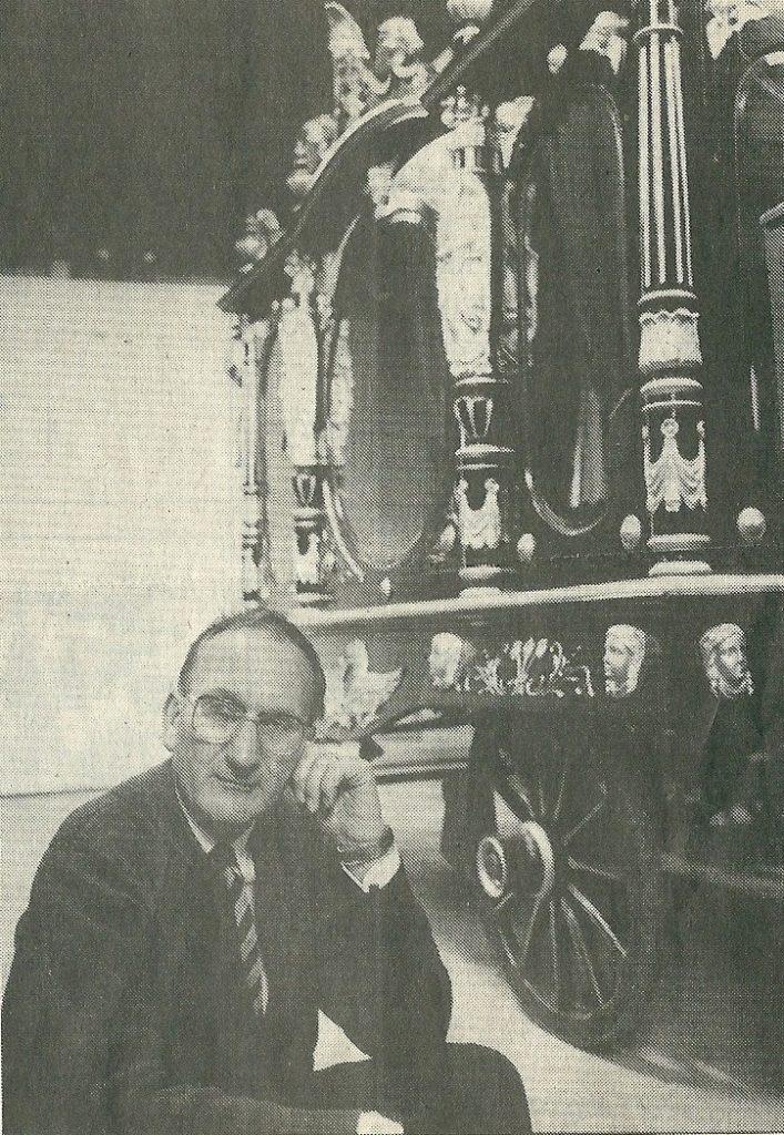 Henk den Haan bij zijn geliefde antieke rouwkoets.